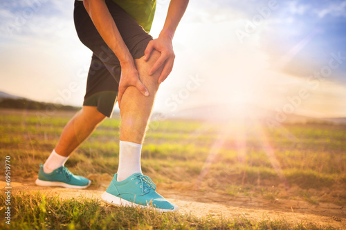 Runner with injured knee - 69519770