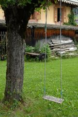 Une balançoire dans un jardin