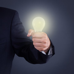 Hand hält Glühbirne