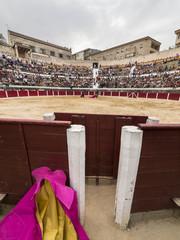 Plaza de toros abarrotada vista desde el burladero