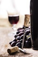 vino rosso,bottiglia,uva e cavatappi