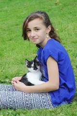 jeune enfant et chaton