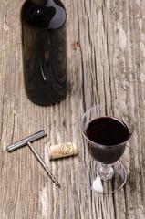 calice di vino rosso,bottiglia e cavatappi