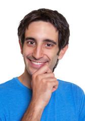 Portrait eines lachenden Mannes mit schwarzen Haaren