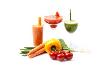 3 Gemüsesaft Smoothies mit frischem Gemüse, weißer Hintergrund