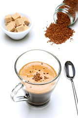 caffe solubile bicchiere sfondo bianco