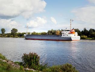 Nord-Ostsee-Kanal mit Frachtschiff