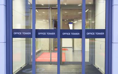 Eingang zu einem Bürogebäude