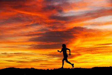 corriendo por el borde de la  montaña