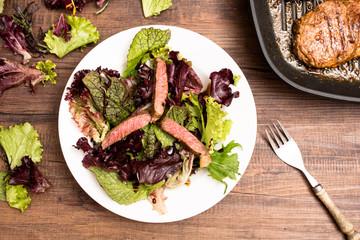 Entrecote in Streifen mit Blattsalat