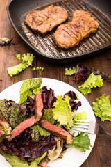 Rindfleisch in Scheiben im Hochformat