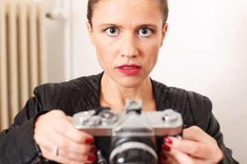 junge Frau hält Kamera in der Hand