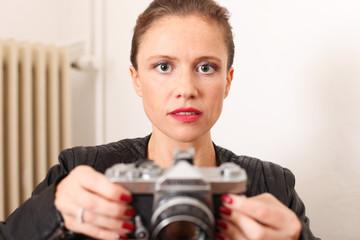 junge Frau mit älterem Kameramodell