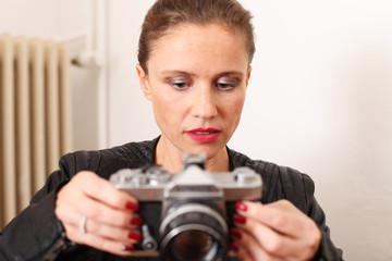 junge Frau mit Blick auf die Kamera