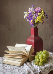 Букет цветов и виноградная кисть