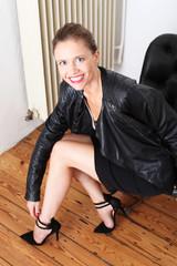 junge,hübsche faru mit Lederjacke und High-Heels