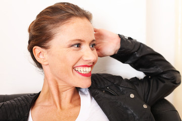 junge Frau mit sympathischem Lächeln