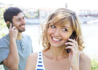 Frau mit blonden Haaren telefoniert mit Freund