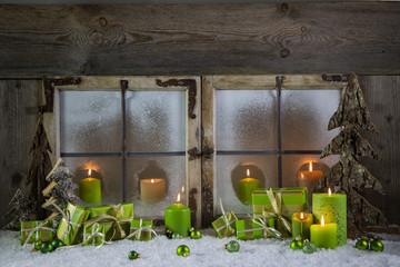 Natürlich geschmücktes Weihnachtsfenster als Weihnachtskarte