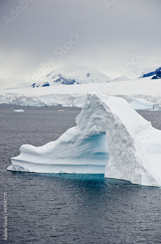 Papiers peints Antarctique Antarctica - Non-Tabular Iceberg - Pinnacle Shaped Iceberg