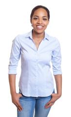 Lachende Frau aus Afrika in Jeans