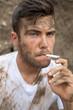 Portrait d'un ouvrier sali et fumeur 01
