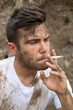 Portrait d'un ouvrier sali et fumeur 04