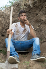 Ouvrier jardinier - Pause cigarette