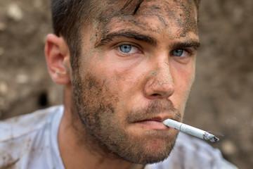 Portrait d'un ouvrier sali et fumeur 02