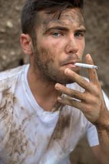 Portrait d'un ouvrier sali et fumeur 03