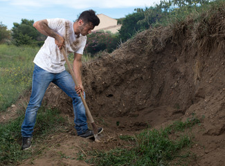 Projet - Ouvrier creusant la terre dans un terrain