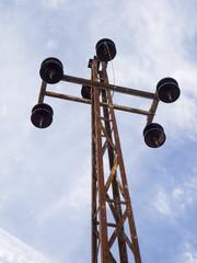 Torre electrica de alta tensión obsoleta