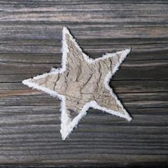Ein Stern aus Holz als Weihnachtsdekoration