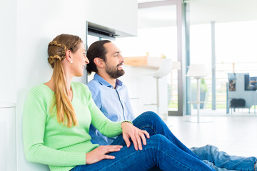 Paar sitzt im Wohnzimmer und genießt Aussicht