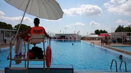 Socorrista vigilando piscina
