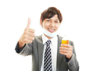 薬を持つ笑顔の男性