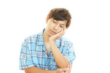 疲れた表情の男性