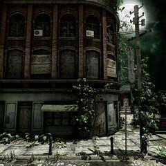 Stary miejski budynek z bluszczem na tle księżyca