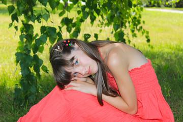 Девочка в красном платье на природе