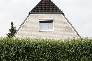 Haus mit Hecke