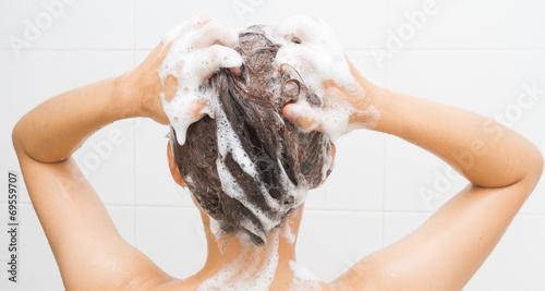 Leinwanddruck Bild Woman washing her hair