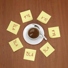 Tasse Kaffee und Zettel mit schriftlicher