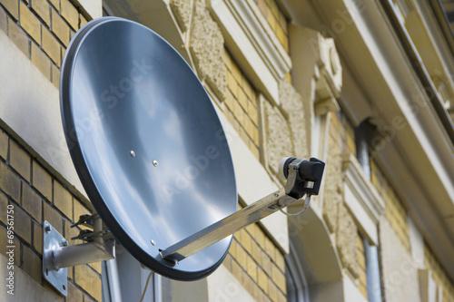 Leinwandbild Motiv Satellitenschüssel an Häuserwand