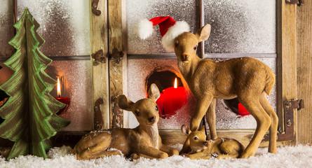 Weihnachtskarte mit Reh Familie als Santa mit Holz