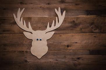 Hirschgeweih auf Holz als Hintergrund zu Weihnachten