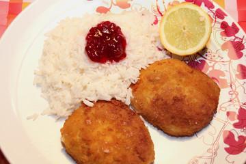Paniertes Sojasteak mit Reis und Preiselbeeren