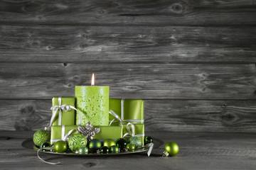 Weihnachtsdekoration in grün auf Holz Hintergrund