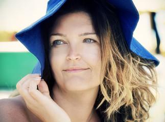 Bionda con cappello blu