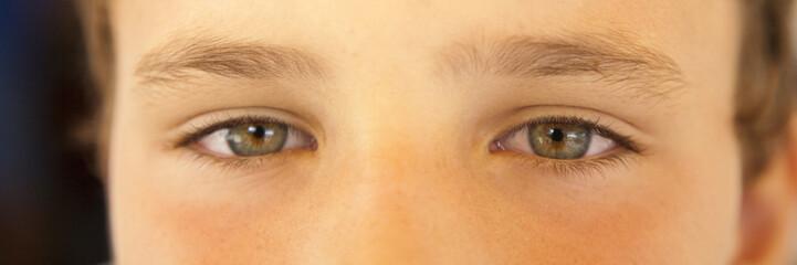 Ojos verdosos de niño