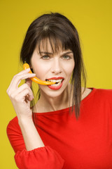 Brunette Frau essen roten Paprika , Portrait